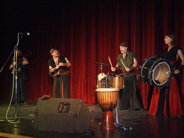 Historická hudba zněla sálem díky kapele Gnomus.