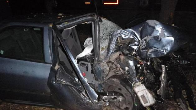 Na silnici z Předhradí do Lažan havaroval osobní automobil Peugeot 406, který skončil v příkopu a ve stromě.