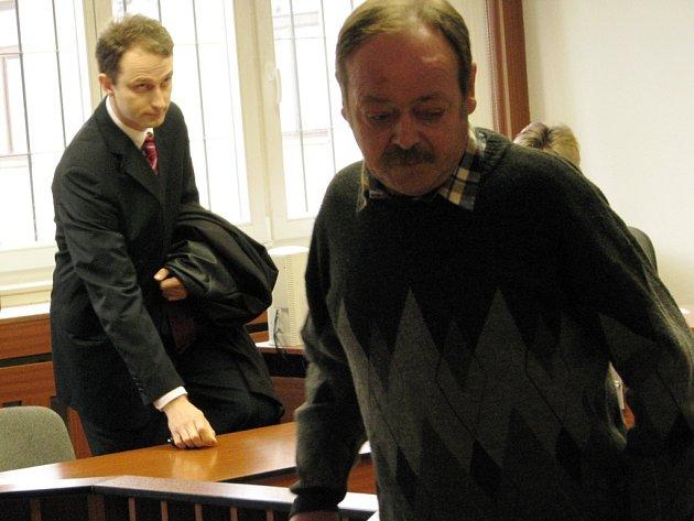 NEPOSKYTL POMOC. Vpředu stojí strojvůdce Jiří Stejskal, v pozadí státní zástupce Tomáš Nouza.