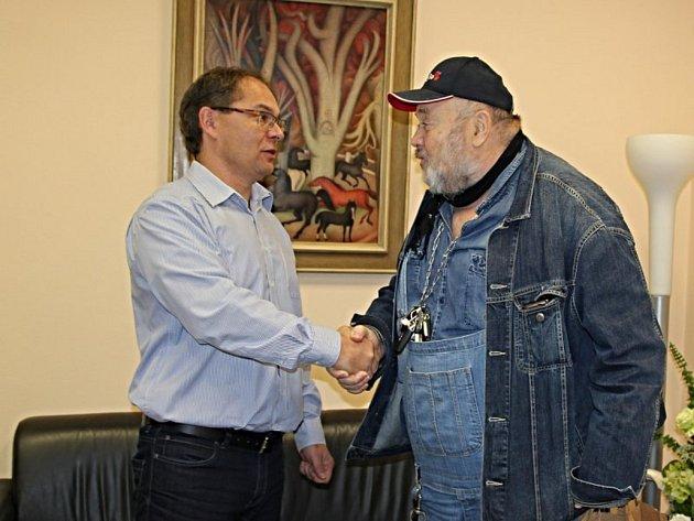 Ludvík Hess  (vpravo) se setkal s krajským radním Ladislavem Valtrem.