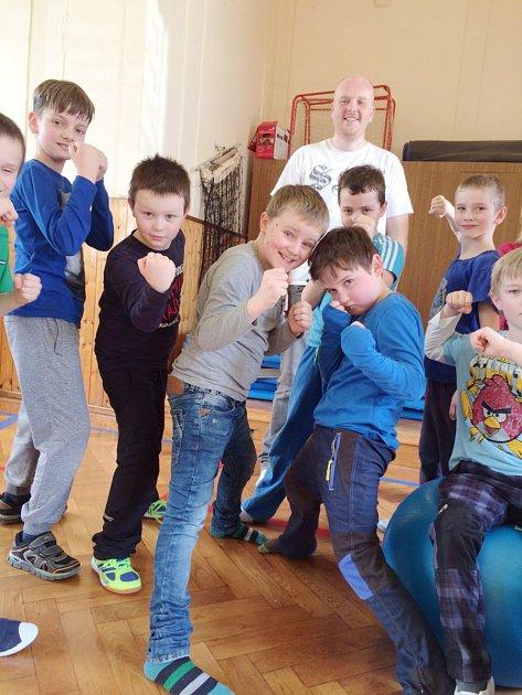 Žáci se učí sebeobraně.