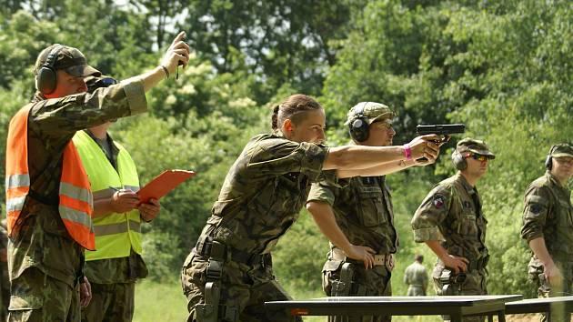 Den první - střelby - chrudimští výsadkáři používají pistole Glock 17