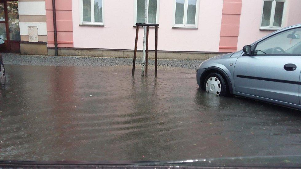 Kanály v dešti nestíhají.