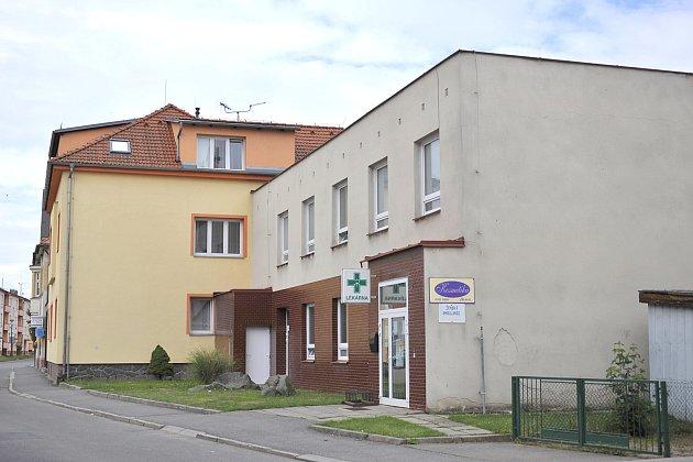 Budovy chrasteckého zdravotního střediska a lékárny se nacházejí v ulici U Pošty a jsou ve vlastnictví města.