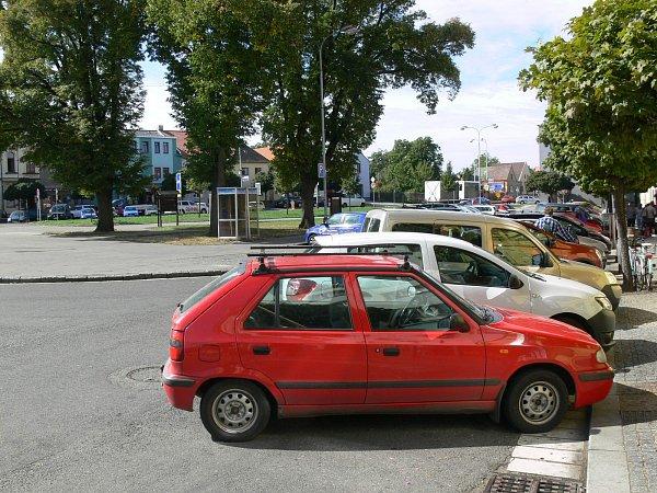 Stále plná parkovací místa na náměstí Míru.