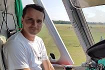 Pilot Eduard Malina v kokpitu vrtulníku Mi-26.