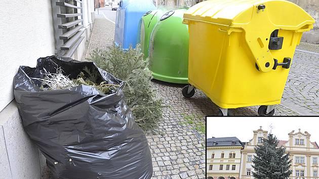 Stromky odložené u kontejneru a vánoční strom na Resselově náměstí v Chrudimi.