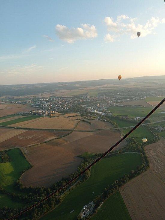 Krása, nádhera, úžasné! Tak hodnotí páteční let balónem chrudimské zdravotnice. Zážitek trval asi hodinu, pětice žen a pilot přistáli v Tuněchodech.
