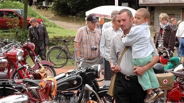 V Radčicích u Skutče si dali dostaveníčko milovníci veteránů a rovněž nablýskané stroje vonící benzinem.