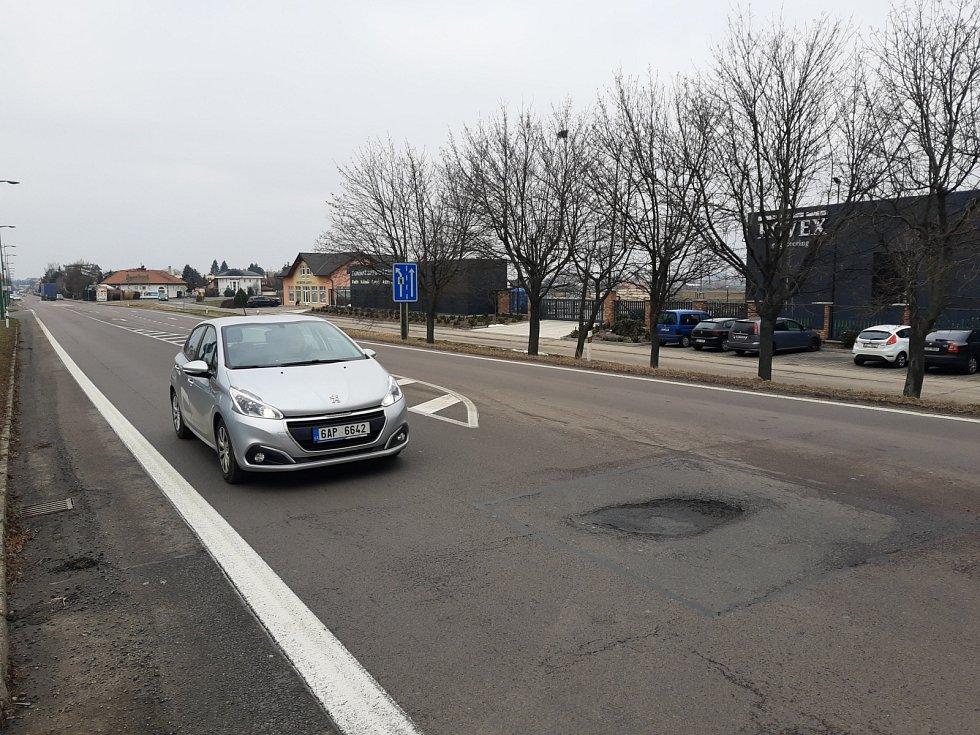 Už opakovaný, zhruba 8 cm hluboký výmol přesně v trajektorii levého kola na státovce I/37 na úrovni výjezdu z benzinové stanice ve Slatiňanech na Nasavrky