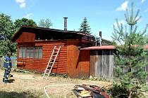 Požár chaty v Dědové u Hlinska zaměstnal hasiče.