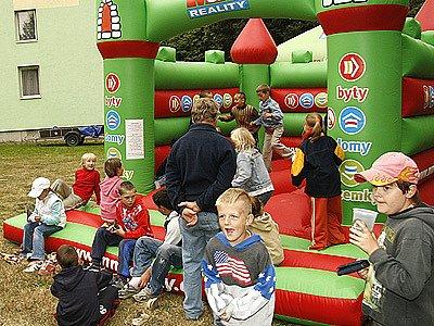"""Při festivalu """"Oživlé sídliště"""" se nenudily ani děti, pro které byl připraven skákací nafukovací hrad."""