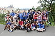 Při výstupu na Petřín mohli skauti obdivovat výhled na Prahu. V hlavním městě je čekala náročná prohlídka památek i návštěva Neviditelné výstavy, kde se exponáty vnímají hmatem.