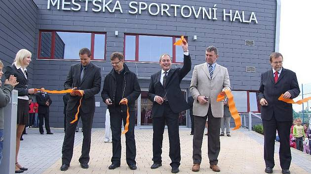 Ve Skutči byla slavnostně otevřena nová multifunkční hala.