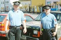 Strážník Pavel Kouba (vlevo) s kolegou Jiřím Stunou.