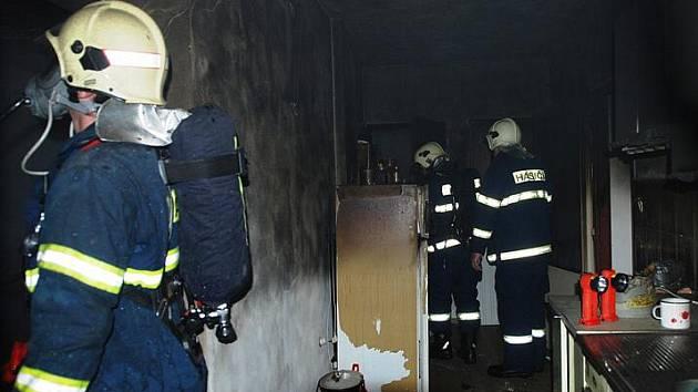 Několik hasičských jednotek ze Seče, Ronova nad Doubravou a Třemošnice zasahovalo ve čtvrtek ráno u požáru rodinného domu v Ronově nad Dubravou.