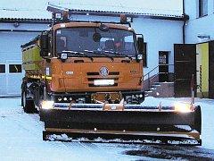 Brzy ráno vyráží z třemošnické základny posypové vozy bojovat se sněhem.