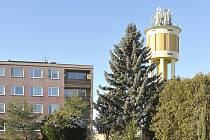 Vodárenská věž v Chrasti z roku 1929.
