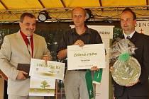 """Vysočina už v soutěži """"bodovala"""" v minulých letech. Na snímku starosta Vysočiny Tomáš Dubský (uprostřed) přebírá Zelenou stuhu."""