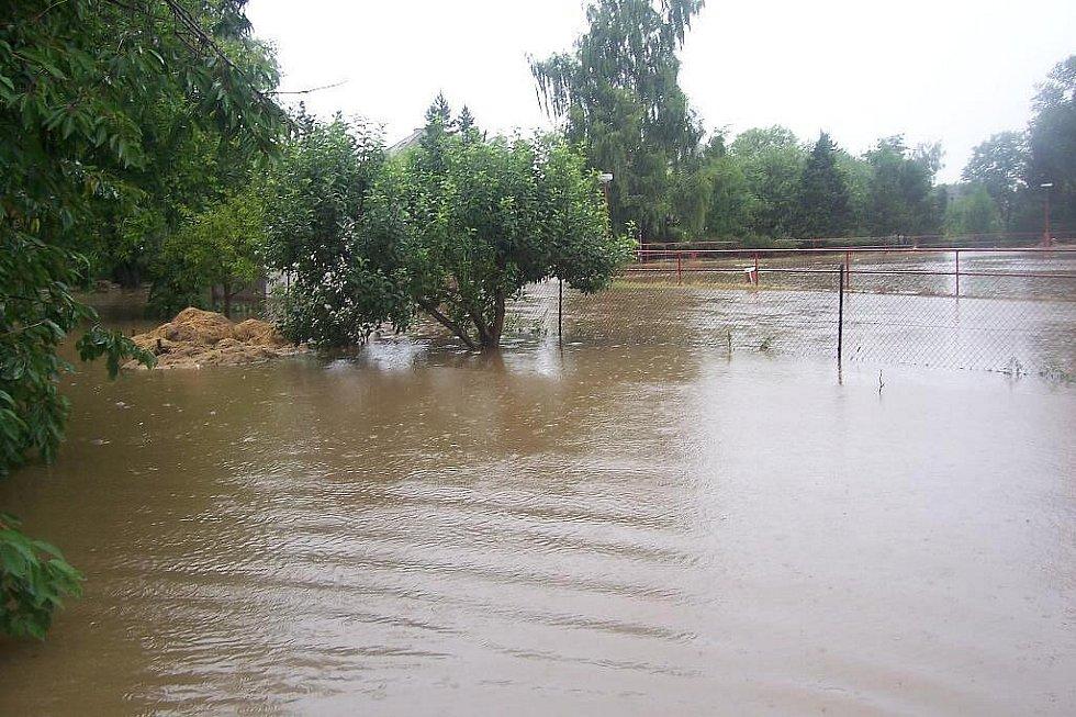 V Řestokách zaplavila voda mimo jiné i mistní koupaliště a sklepy okolo.