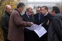 Na průběh akce se přijede již podruhé podívat ministr životního prostředí Tomáš Chalupa (snímek je z první návštěvy 10.11. 2011 dopoledne).