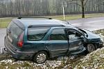 PŘI STŘETU utrpěla zranění osoba převážená v sanitním voze. Šofér, ale i řidička se svojí dvouletou dcerkou zůstali jako zázrakem nezraněni.