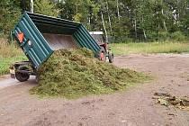 Některým lidem vadí, že Chrudim neodváží z veřejných ploch posečenou trávu.