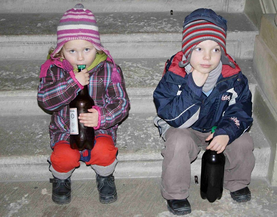 """Pivo o páté navštívily i děti, které svědomitě hlídaly """"petky"""" se zlatavým mokem ze Žlebských Chvalovic."""