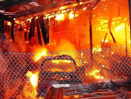 Oheň nekontrolovatelně řádí.