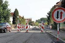 Ve Švermově ulici ve Slatiňanech vznikají nové dlážděné retardéry.