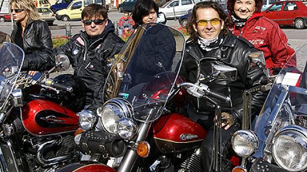 Motorkáři na dvou desítkách strojů si dali dostaveníčko na chrudimském Resselově náměstí.
