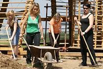 Na stavbě rozhledny Bára pomáhají i studenti Vyšší odborné školy Chrudim – oboru Správy a ochrany životního prostředí.