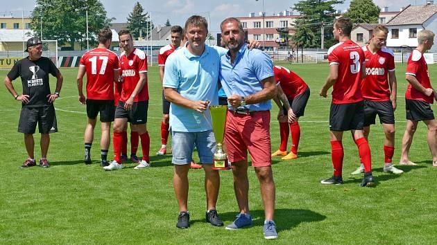 Předseda klubu Tomáš Linhart (vpravo) s trenérem Pavlem Jirouskem krátce po předání poháru pro vítěze ČFL.