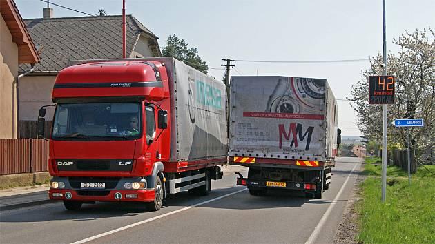 POD TABULEMI jsou instalovány i kamery zaznamenávající projíždějící vozy