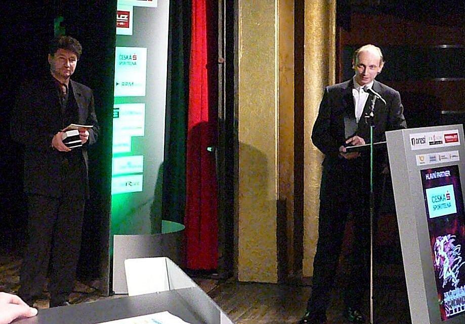 Za vítězný Era-Pack Chrudim v kategorii kolektiv dospělých přišli převzít ocenění zleva trenér Ota Stejskal a kapitán Petr Vladyka.
