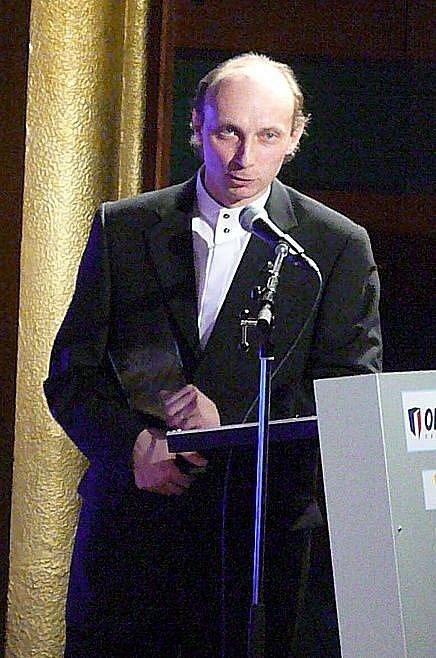 """Petr Vladyka """"se potí"""" u mikrofonu."""