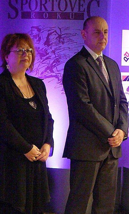 Cenu Hvězdě Deníku, kterou byla Anna Tkadlecová, předávala vedoucí redaktorka Chrudimského deníku Romana Netolická a ředitel pořádající agentury ČOK-CZ Roman Šimon.