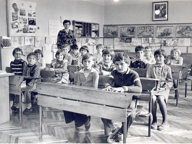 Blonďatá Jindřiška sedí v lavici přímo pod paní učitelkou, kterou měla moc ráda. Zřejmě ji to ovlivnilo ve výběru povolání. Tato třída už v morašické škole neexistuje.