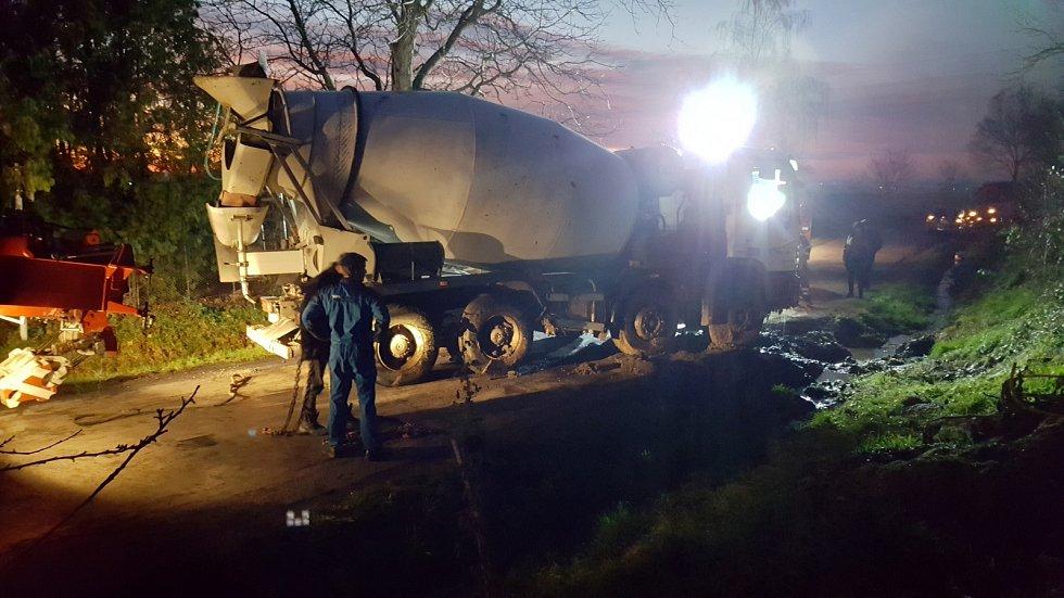 Dopravní nehoda autodomíchávače mezi obcemi Podhořany u Ronova a Semtěš.