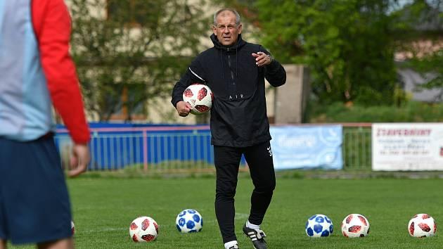 Cenné zkušenosti předával na tréninku divizních Slatiňan v rámci projektu Kopeme za fotbal bývalý reprezentační trenér Petr Rada. Do bojů o divizní záchranu se budou velmi hodit.