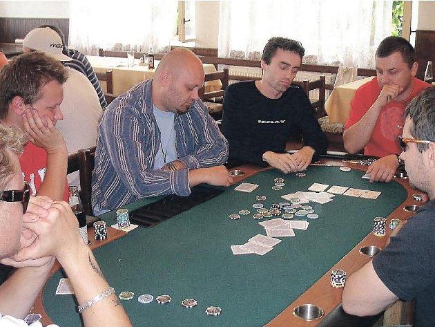 Texas hold´em poker v licomělické hospůdce.