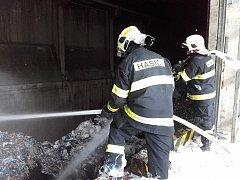 Hasiči zlikvidovali požár v Prachovicích.