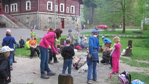 Děti ze školní družiny při ZŠ Školní náměstí navštívily Perníkovou chaloupku pod Kunětickou horou.