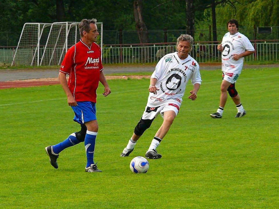 Syn legendárního herce a baviče Vladimíra Menšíka Petr Menšík založil Menšíkovu fotbalovou  jedenáctku. Na její výhře ve Slatiňanech se podílel jedním gólem.