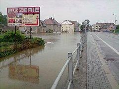 Zaplavený Hrochův Týnec: stav v neděli 18. července mezi 14:30 až 15:00.