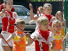 Svátek matek oslavili v Hrochově Týnci průvodem, který začaly svým vystoupením místní mažoretky.