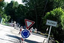 Ve Vlčnově roste nový kruhový objezd ve směru na Orel.