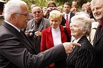 Pietní vzpomínky u příležitosti 68. výročí vypálení někdejší kamenické osady v Ležákách na Chrudimsku se zúčastnil i prezident ČR Václav Klaus.