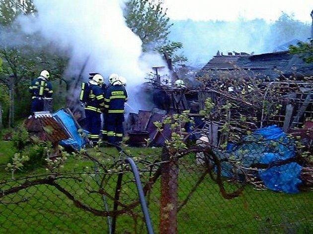 Hasiči likvidovali požár kolny v Píšťovech.