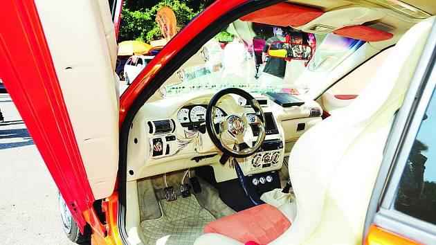 BARVY, KŮŽE, CHROM a neotřelý design. Vnitřek některých vozů připomínal víc než co jiného bohatě naplněnou šperkovnici nebo dunící diskotéku.